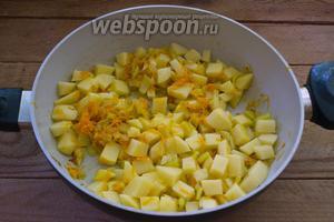 Картофель очистить. Нарезать небольшим кубиком. Слишком большие кубики будут готовиться очень долго. Обжарьте картофель вместе с овощами на сковороде около 5 минут, помешивая.