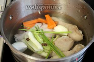 Обработанные голени залить холодной водой, добавить крупно нарезанные морковь, лук, сельдерей, стебли зелени, перец. Сварить крепкий бульон в течение 20 минут.