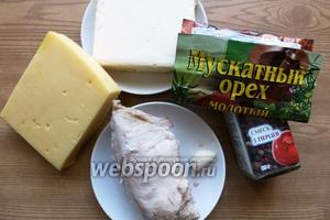 Для куриного сыра отварим куриную грудку и охладим. Подготовим сыр, масло и специи.
