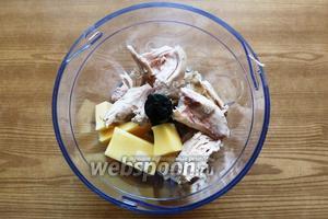 В чашу блендера положим сыр, куриное мясо, чеснок и измельчим. Если будет очень густо, то добавьте куриный бульон.