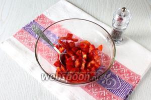 Сладкий перец очистите от семян и перегородок. Нарежьте кубиками и смешайте с бальзамическим уксусом и чёрным молотым перцем.