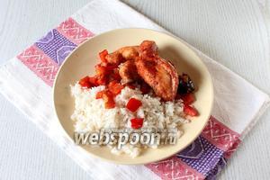 Выложите в тарелку рис, сладкий перец и филе сома, рис чуть-чуть полейте соевым соусом. Приятного аппетита!
