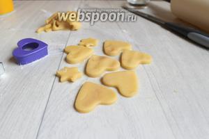 С обрезков теста можно сделать и другие печеньки без начинки.
