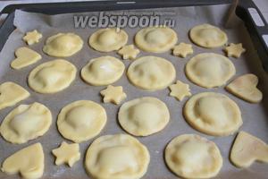 Ставим в духовку ровно на 15 минут. Разогреваем её заранее до 180°С. Печенье будет бледное, нам не нужно слишком поджаристое.