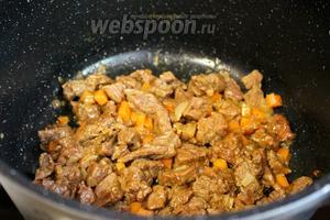 Когда вся жидкость выпарится, крышку снять, перемешать мясо, оно получается красивого золотистого цвета, овощи придают дополнительный аромат и сочность блюду. Подавать сразу с гарниром (картофель, рис, макароны).