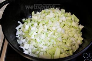 Добавить нарезанную капусту.