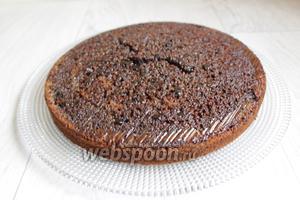 Заливаем горячим кремом верх тортика. Вот поэтому нам нужен был перевёрнутый пирог. Так легче будет крем пропитывать корж. Можно посыпать сверху пудрой. Приятного аппетита!