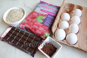Итак берём такие продукты. Малину, сахар, сливки, шоколад, какао, молотый миндаль. Яйца нам нужно будет разделить на белки и желтки. Но не все.