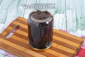 Залить ягоды соком и стерилизовать на протяжении 10 минут. Закатать банки и перевернуть вверх дном. Оставить до полного остывания.