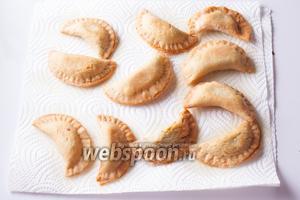 Готовые пирожки можно чуток обсушить кухонными салфетками.