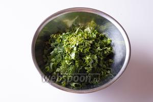Нарежьте зелень.