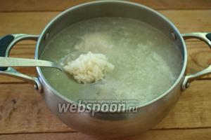 Измельчите картофель. Промойте 3-4 ст. ложки риса. В бульон к мясу добавьте рис и картофель. Варите всё до готовности риса. На это уйдёт около 10 минут.  В небольшую сковороду влейте 2-3 ст. ложки растительного масла. Добавьте 1 ст. ложку сырой муки. Обжарьте муку 3-5 минут при постоянном помешивании. Влейте немного бульона из кастрюли. Мука заварится. Дайте покипеть 3 минуты и можно выключать. Этой мучной смесью мы будем загущать суп.