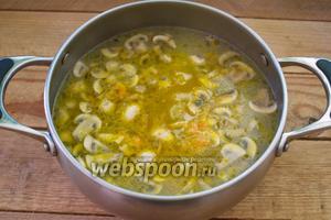 Мясо вынуть из бульона. Снять с кости и измельчить. В суп добавить зажарку, мучную смесь и отдельно варившиеся огурцы вместе с водой. Дайте покипеть около 10 минут. Добавьте соль и специи по вкусу. Суп готов. Можно выключать.