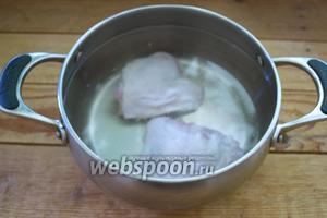 В кастрюлю поместите вымытое мясо птицы. Залейте водой. Варите около 15 минут.
