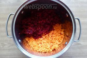 Морковь и свёклу измельчим удобным способом, на мясорубке, комбайне или блендере. Я измельчила блендером.