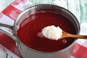 Поместить сок в кастрюлю. По вкусу добавить сахар. Сахар можно и не добавлять. Довести сок до кипения.