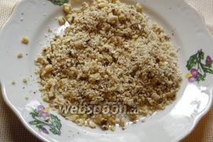 Грецкие орехи измельчить в блендере до состояния крупной крошки.