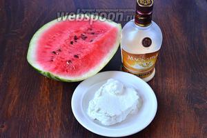 Для приготовления коктейля «Летний поцелуй» вам понадобится ликёр, арбуз, мороженое.
