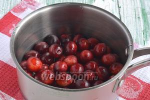 Поместить алычу в кастрюлю и добавить воду.