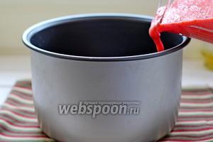 Вылить измельчённые помидоры в чашу мультиварки.