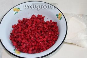 Для приготовления варенья нужно всего два ингредиента: свежая малина и сахар.