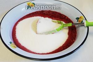 Добавить сахар частями, постепенно его вмешивая в ягодную массу.