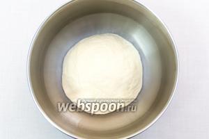 Замесим мягкое, эластичное тесто.  Муки может понадобиться чуть больше или меньше.  Не забивайте тесто! В конце замеса лучше смазать руки оливковым или подсолнечным маслом и вымесить хорошо. Тесто кладём в миску, смазанную маслом, и накрываем плёнкой. Ставим в тёплое место на 1 час.