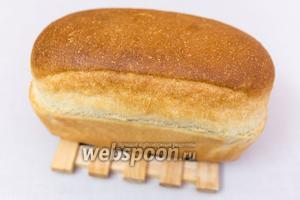 Наш изумительный хлебушек готов! Минут 10 остудим в форме, затем вынимаем и остужаем на решётке. Здесь хлебушек только из духовки, с плотной корочкой. По мере остывания, корочка будет становиться мягкой. Нарезаем, когда хлеб полностью остынет! Это важно! Он очень нежный! Всем приятного аппетита!