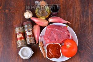 Для приготовления Стифадо из говядины вам понадобится томатная паста, соль, говядина, винный уксус, масло оливковое, лук-шалот, чеснок, базилик, майоран, кориандр и помидор.