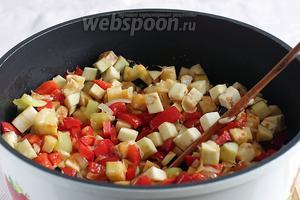 Затем очередь баклажан. Добавить их к овощам. Теперь помешивать овощи нужно чаще, так как баклажаны быстро забирают всё масло. Доливать масло не нужно.