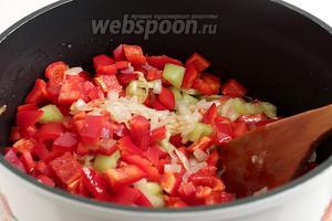Затем добавить нарезанные помидоры. На этом этапе  нужно хорошо подсолить икру. Жарить до размягчения всех ингредиентов.