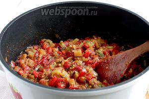 В общей сложности икра готовится 1 час. Все овощи должны стать мягкими. Если есть желание приготовить икру на зиму, то из казана её сразу же можно закатывать в пропаренные банки.
