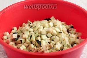 Баклажаны нарезать маленькими кубиками, 1х1 см