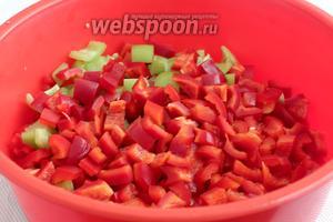 Сладкий перец разных цветов, предпочтительнее красный, также нарезать кубиками.