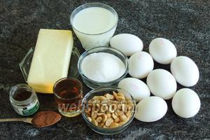 Подготовим ингредиенты: яйца —  белки в тесто, желтки в крем, арахис пожаренный (у меня солёный жареный, я его промыла под сточной водой пару секунд, затем отряхнула и подсушила в духовке при 100°С несколько минут), сахар, какао, молоко не менее 2,5% жирности, сливочное масло комнатной температуры, граппа или ром, коньяк, ваниль-Бурбон.
