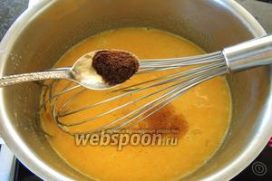 Добавим ваниль-бурбон и подогреваем на сравнительно большом огне, постоянно мешая венчиком.