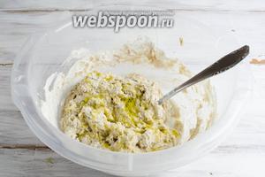 Добавить оливковое масло и продолжить замес теста вручную, в течение 10 минут, подсыпая в случае необходимости муку. (Корректируйте количество муки под замес индивидуально).