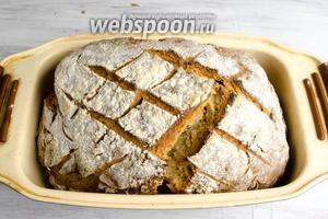 Готовый хлеб вынуть. Чтобы не было глубоких трещин, с начала выпечки поставьте небольшой поддон с водой внизу духовки.