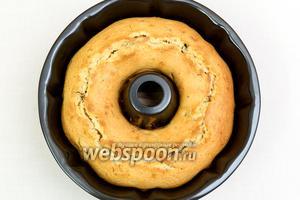 Кекс готов. Остудим в форме, затем на решётке. Можно готовый кекс подать просто так, присыпать сахарной пудрой, или добавить калорий: растопить шоколад и полить им кекс. Приятного чаепития!