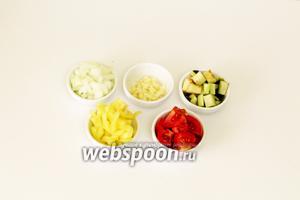 Подготовим все продукты. Овощи промоем и обсушим. Нарезаем мелкими кусочками. Помидоры нарезаем крупными дольками, по желанию можно удалить кожицу. Лук и чеснок очищаем от шелухи, нарезаем мелко.
