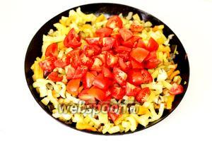 Следом добавляем нарезанные томаты. Хорошо перемешиваем, тушим пока овощи не станут мягкими.