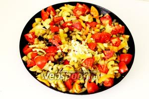 Когда овощи стали мягче, добавляем чеснок, соль и перец молотый по вкусу, мёд, уксус. Перемешиваем. Накрываем крышкой и тушим 10-20 минут на небольшом огне.
