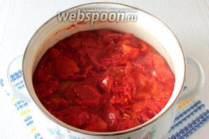 Ставим помидоры на средний огонь, накрываем кастрюлю крышкой и варим с момента закипания 1 час.