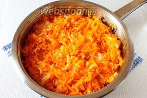 Пассируем на масле лук с морковью.