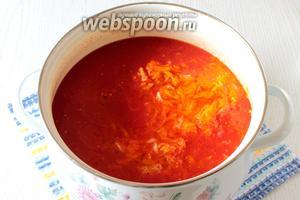 В томатное пюре добавляем морковь и лук, а также лавровый лист, перец горошком и уксус. Варим с момента закипания на небольшом огне 20 минут.