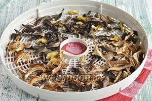 Высушить до готовности (можно грибы высушить и другим способом — над газовой конфоркой, на солнце или в духовке). Грибы должны быть полностью высушенными.