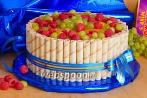 Бисквитно-творожный торт с вафельными трубочками и фруктами