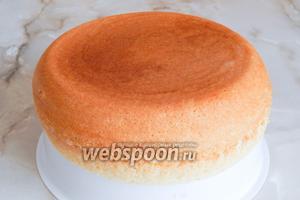 Извлекаем горячий бисквит с помощью вставки для приготовления пищи на пару. Остужаем и даём постоять не менее 3 часов, иначе вы его не сможете нормально разрезать.