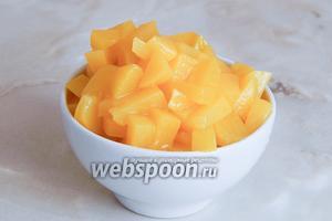 Персики нарезаем кусочками, размером примерно с малинку.