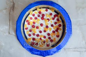 Выкладываем на корж примерно 3 столовые ложки крема. Поверх кладём малину и персики. Учитывайте, что у нас 3 прослойки, поэтому поделите ягоды и фрукты на равные части. Крем тоже — немало понадобится для верха торта.